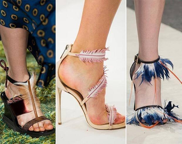 Παπούτσια με φτερά  Τελειώνοντας με τις τάσεις για τα παπούτσια της σεζόν άνοιξηκαλοκαίρι 2015, θα αναφέρουμε μία πιο πρωτότυπη και ιδιαίτερη πρόταση, που δίνει πολύ μοντέρνο αλλά και εκκεντρικό χαρακτήρα στις εμφανίσεις μας. Μιλάμε για την τάση με τις λεπτομέρειες φτερού στα γυναικεία παπούτσια, που αν και μπορεί να θεωρηθεί υπερβολή , δεν παύουν να είναι μοδάτα και κομψά. Είτε ως λεπτομέρειες στα δεσίματα των παπουτσιών, είτε ως διακοσμητικά στολίδια στο υπόλοιπο, ως λουράκια, κ. ά, θα τα βρεις σε διάφορες φόρμες παπουτσιών από λαμπερά ψηλοτάκουνα μέχρι casual σανδάλια και επιλέγοντάς τα θα κάνεις τη διαφορά.